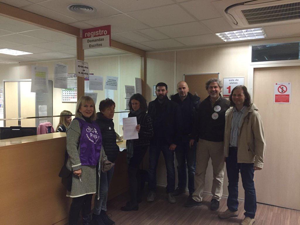 Un grupo de padres pone la demanda a la Seguridad Social esta mañana en Madrid